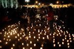 Жители Гватемалы несут свечи к месту пожара, где погиб 21 подросток