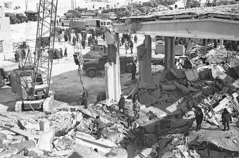 Спасательные работы на месте бывшего цеха длились несколько дней - на третьи сутки из-под руин извлекли живого человека