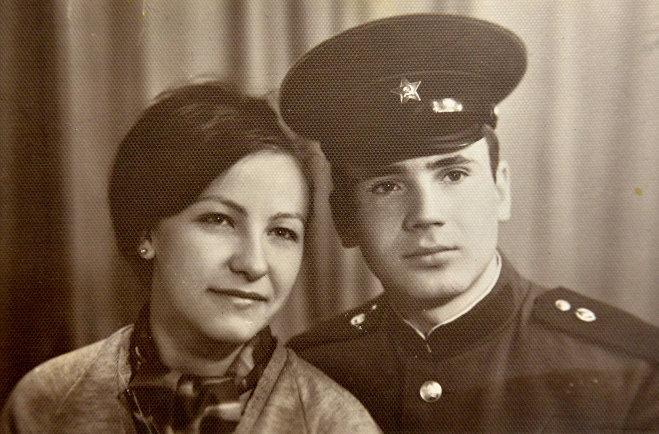 Когда Татьяна приезжала к жениху в армию, сделали фото на память - на многие годы оно будет их единственным совместным, свадебных фотографий, по понятным причинам, у них не было