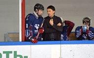 Тренер Грифонов Дмитрий Басков и Николай Лукашенко в перерыве матча