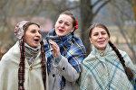 Дзяўчыны спяваюць народныя песні на Гуканне вясны, архіўнае фота