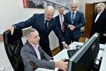 Президент Беларуси Александр Лукашенко во время посещения IT-компаний