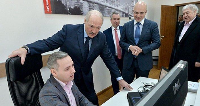 Прэзідэнт Беларусі Аляксандр Лукашэнка ў час наведвання IT-кампаній