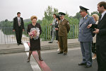Супруга Президента РФ Наина Ельцина ( в центре) стоит на границе Беларуси и Польши