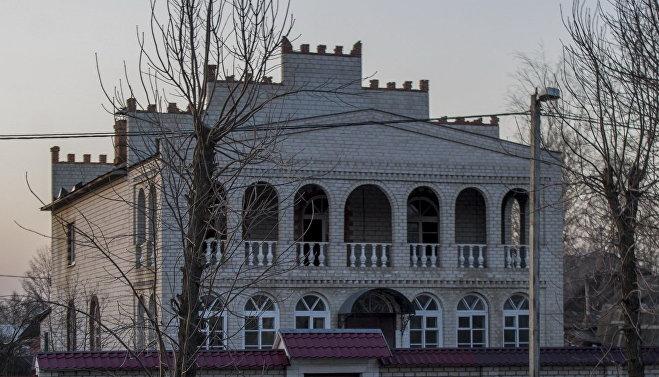 Один из местных цыганских особняков в Титовке