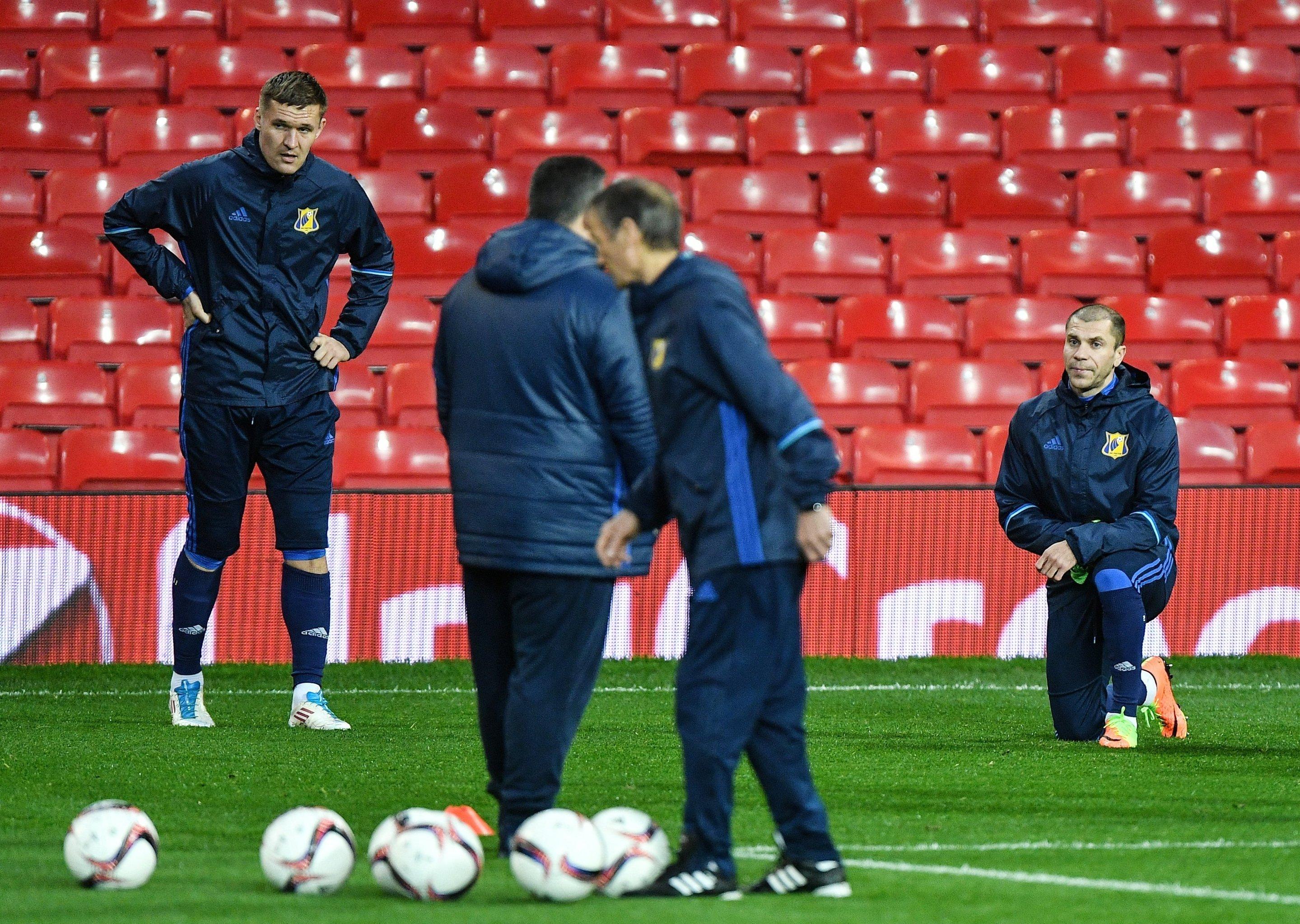Игроки Ростова Александр Бухаров (слева) и Тимофей Калачев на тренировке перед ответным матчем против МЮ
