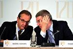 Директор МОК по коммуникациям Марк Адамс (слева) и президент организации Томас Бах