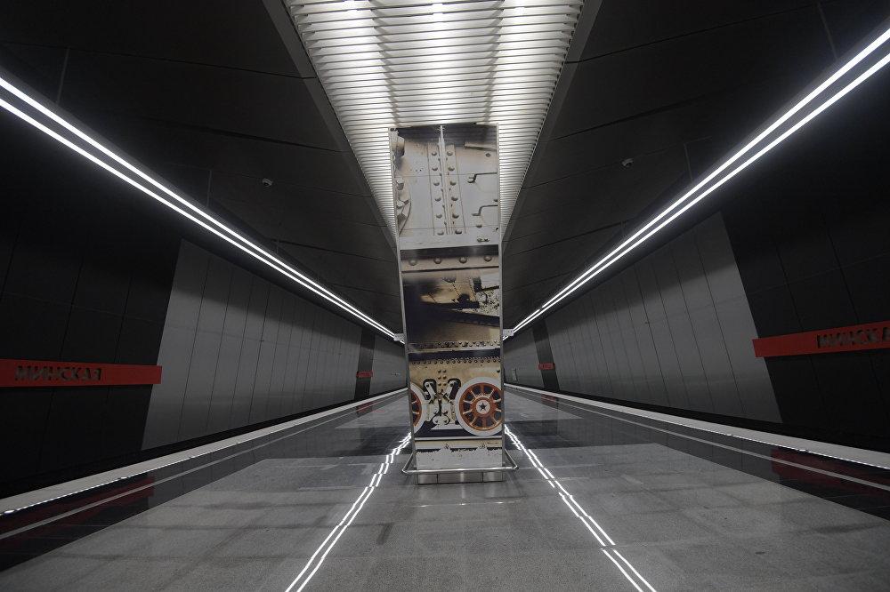 У афармленні станцыі выкарыстаны фатаграфіі з музея ваеннай тэхнікі.