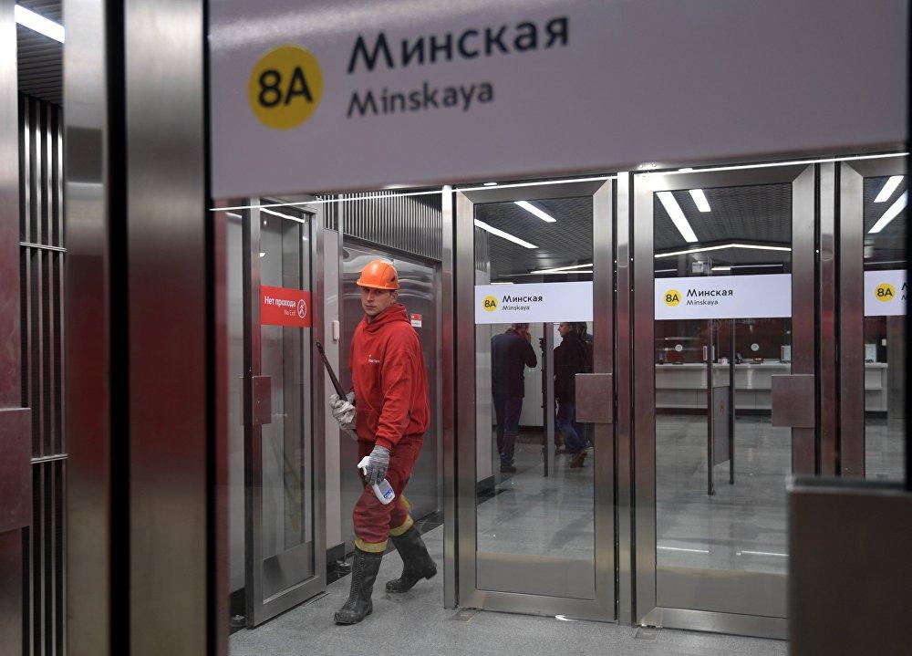 Супрацоўнік метрапалітэна на станцыі метро Мінская. Станцыя афіцыйна адкрыта.