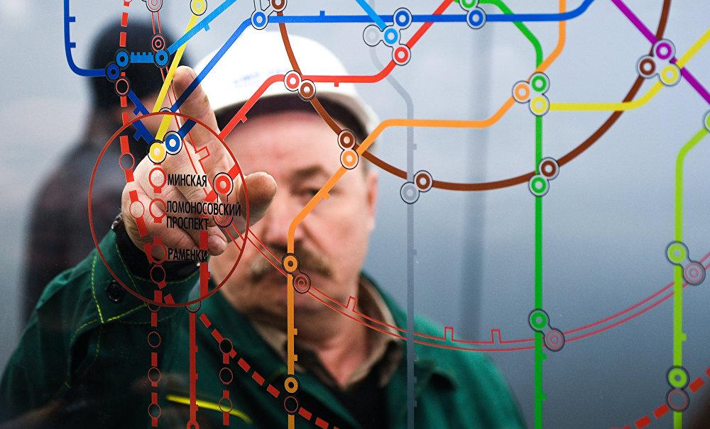 Рабочы падчас адкрыцця станцыі метро Ламаносаўскага праспект.