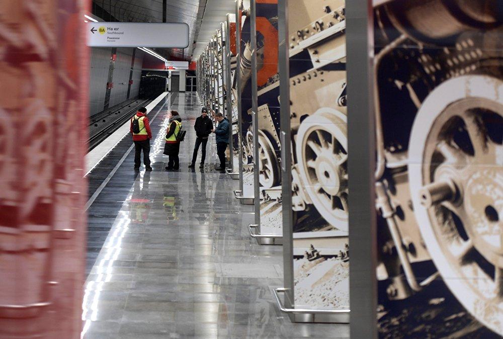 Калі ўстаць пасярэдзіне станцыі, на калонах сыдуцца лічбы 45 - год Перамогі.