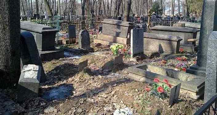 ВРечице ищут вандалов, повредивших 18 монументов накладбище