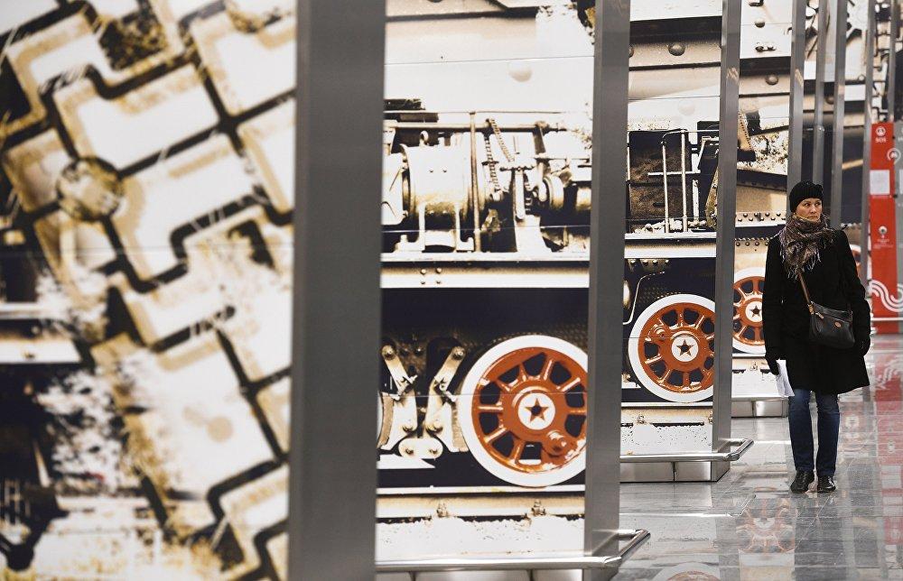 Станцыі метро Мінская размешчана прама ля Парка Перамогі, таму пры стварэнні дызайна вядучы архітэктар АТ Метрагіпратранс Тамара Нагіева натхненне шукала на Паклоннай гары.