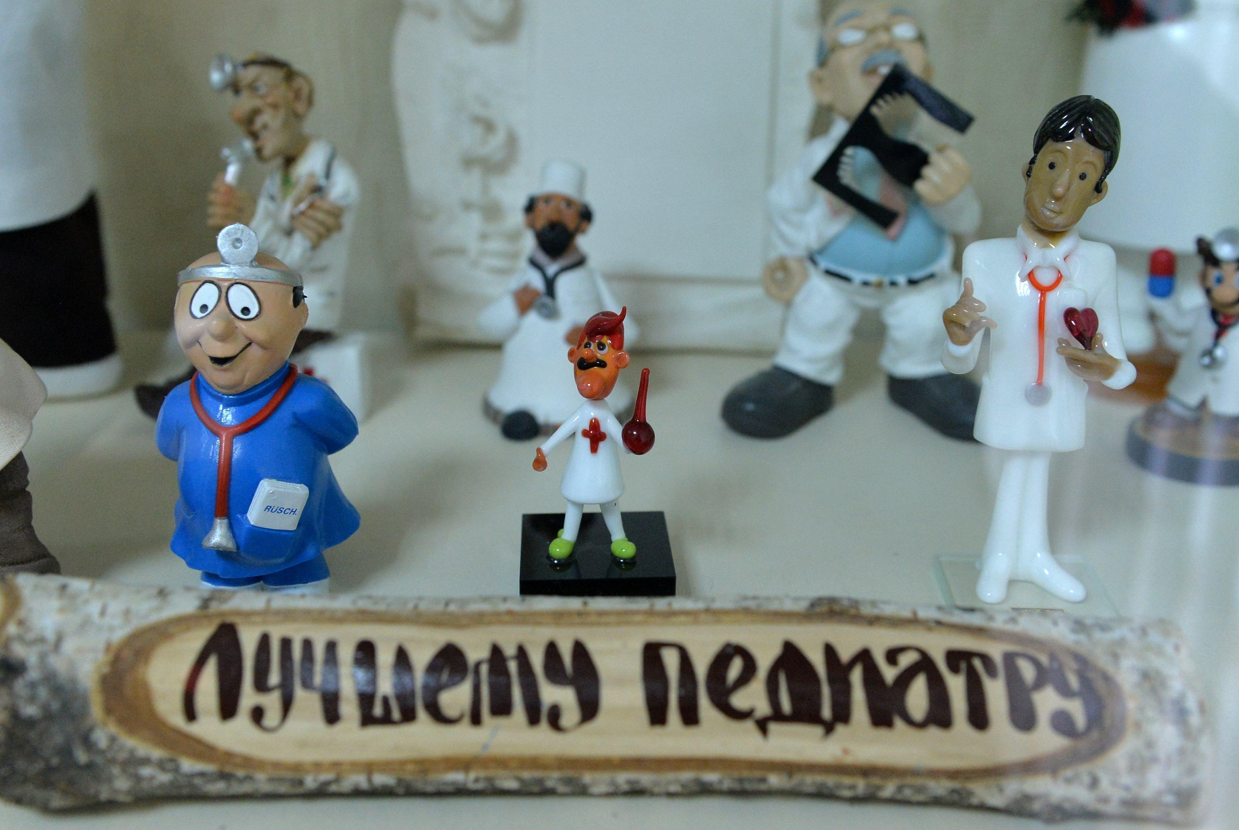 Смешные фигурки врачей стали собираться случайно, а сейчас ими уставлен весть кабинет доктора, к восторгу юных пациентов