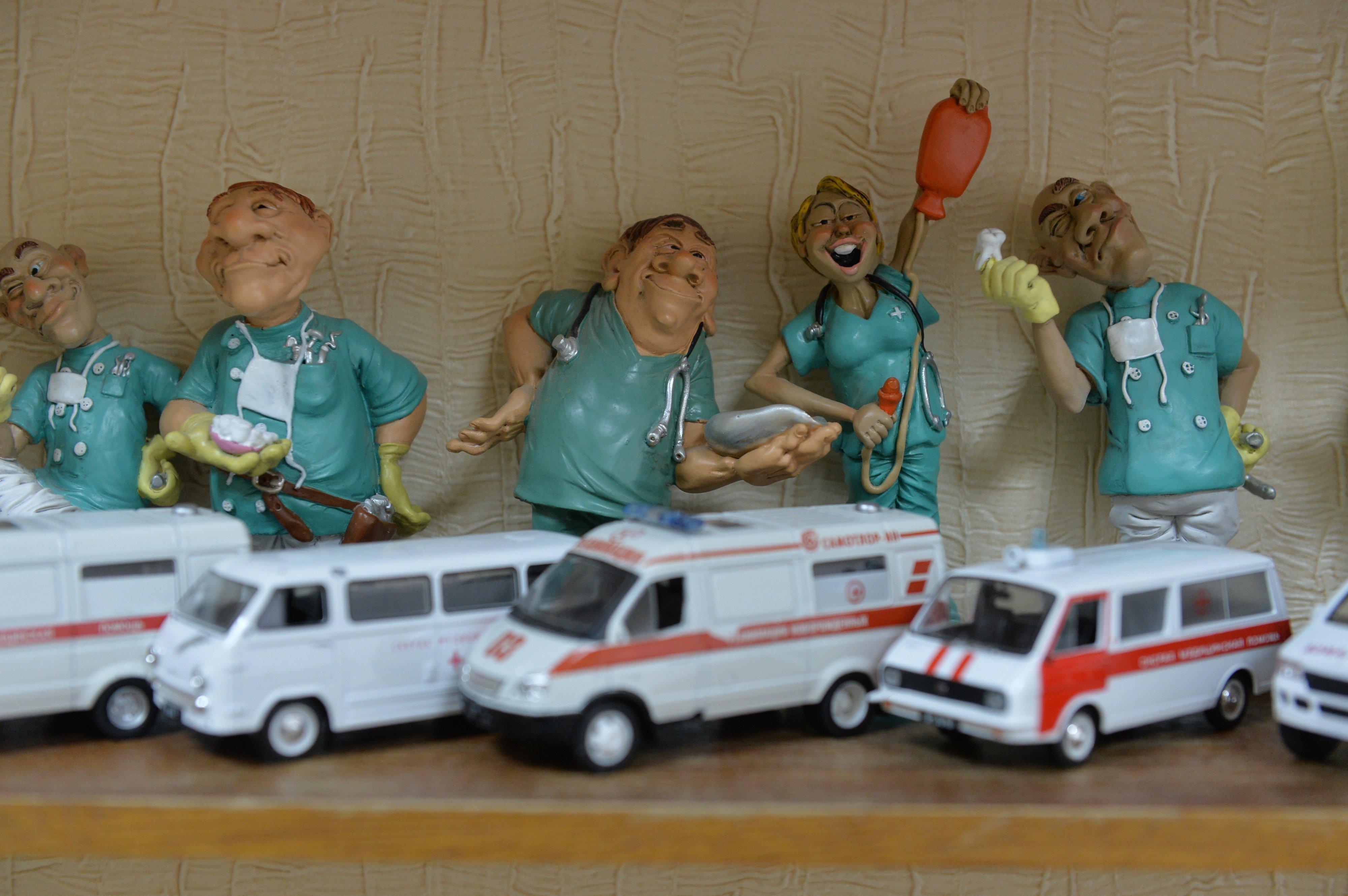 В кабинете доктора - и веселые врачи, и медицинский автопарк, который разрешают трогать детям