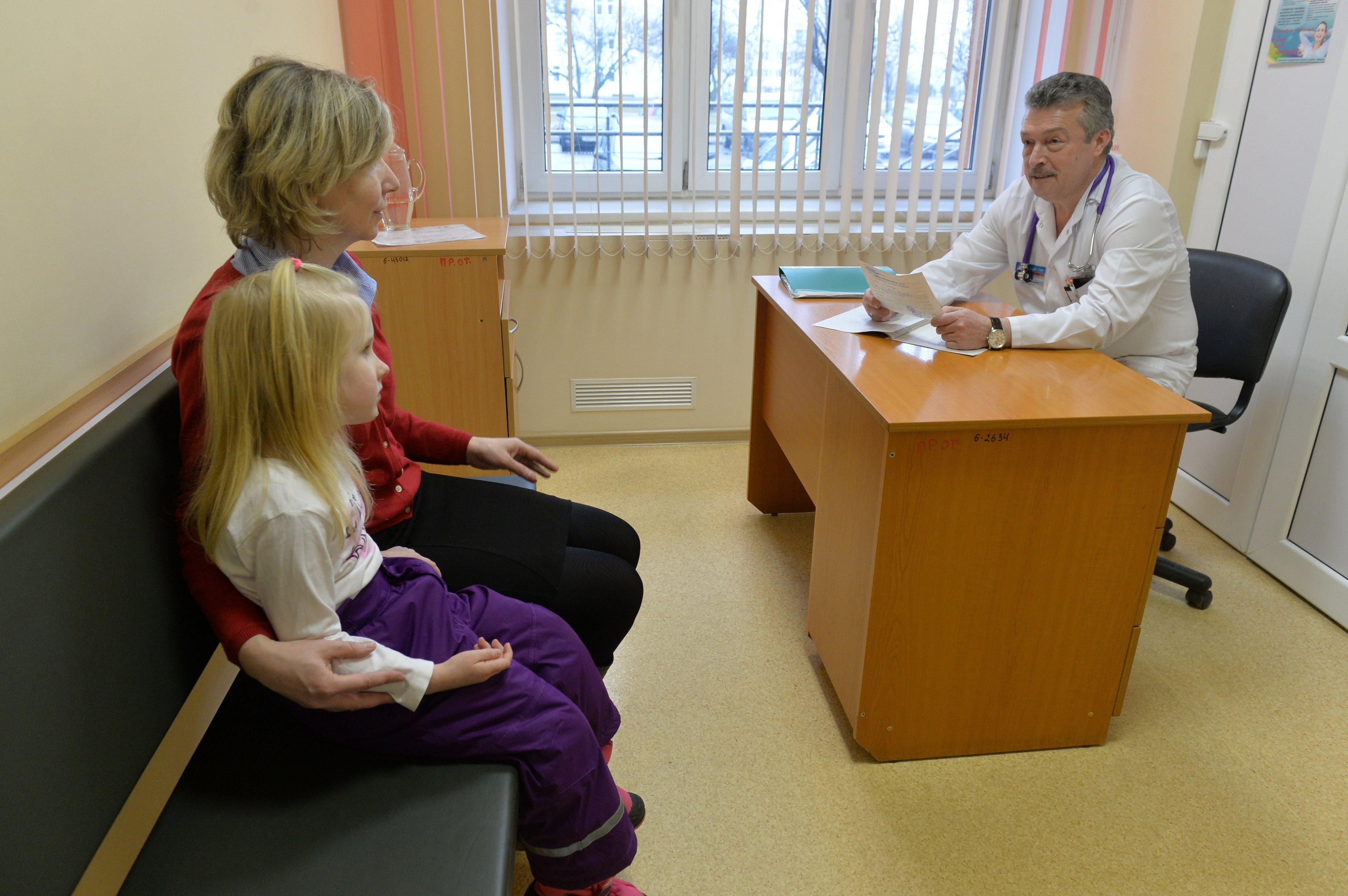 Маленькая Алиса и ее мама очень волновались, но после осмотра Чеснова заметно успокоились - доктор уверил, что все не так страшно