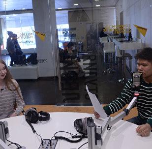 Анастасия Кравченя и Владислав Лоскутов в радиостудии Sputnik в Москве.