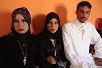 22-летний иракский фермер Рахман аль-Обдейди со своими двумя женами, архивное фото