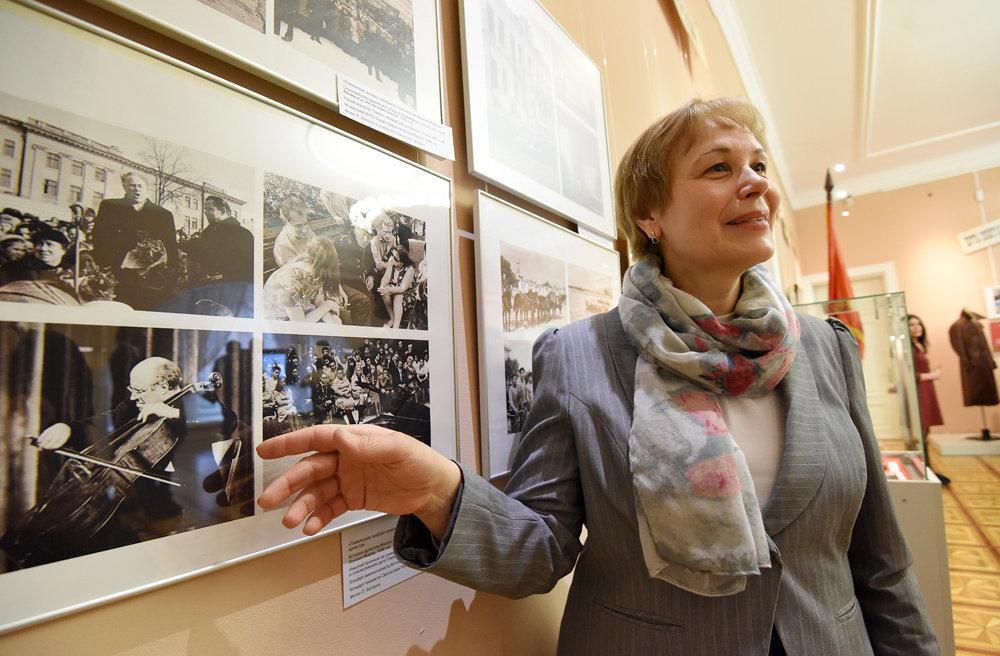 Анна Кузьмич у стенда с фотографиями Петра Белоуса.