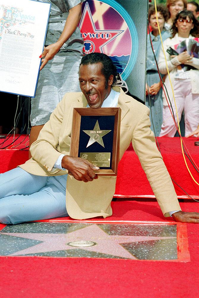 Чак Берри позирует с памятным дипломом после открытия его именной звезды на Аллее звезд в Голливуде