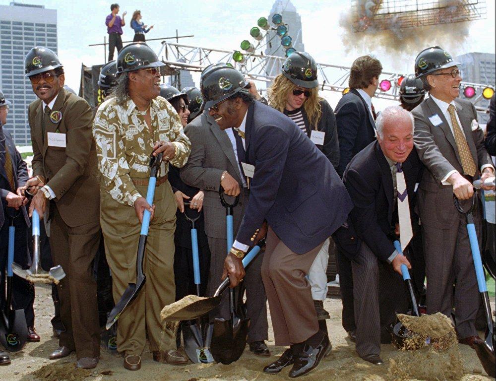 Чак Берри во время закладки первого камня в основание Зала славы рок-н-ролла в Кливдленде