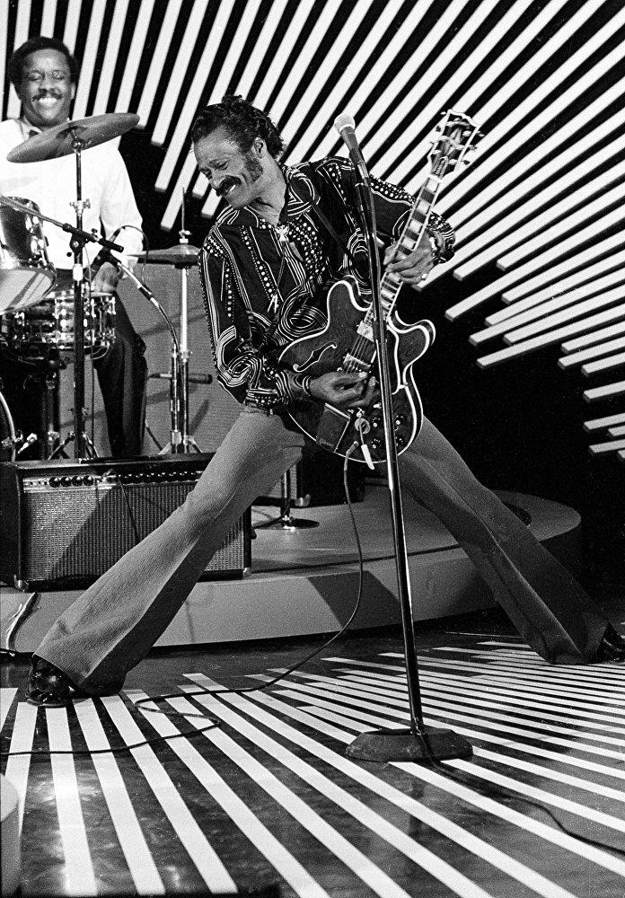 Американский гитарист и певец Чак Берри выступает на сцене со своей гитарой 4 апреля 1980 года