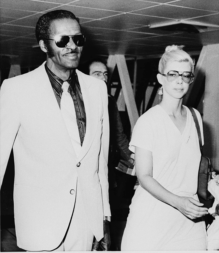Чака Берри засняли в компании неизвестной дамы в аэропорту Хитроу в Лондоне