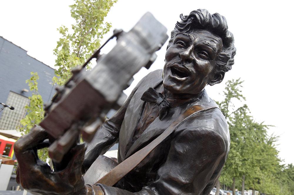 Статуя легендарного музыканта Чака Берри