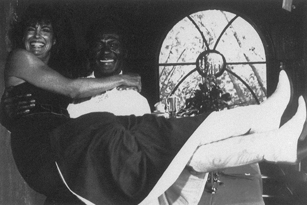 ППионер рока Чак Берри держит на руках звезду популярного телесериала Даллас Линду Грей