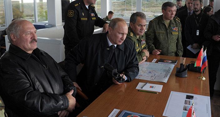 Президенты России и Белоруссии Владимир Путин и Александр Лукашенко  наблюдают за ходом российско-белорусских учений Запад-2013, архивное фото