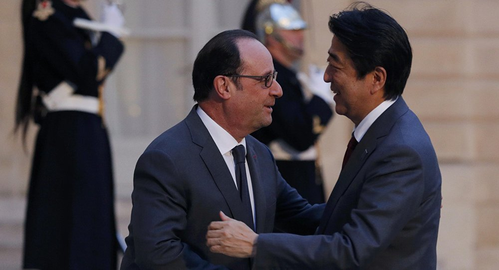 Президент Франции Франсуа Олланд (слева) и премьер-министр Японии Синдзо Абэ