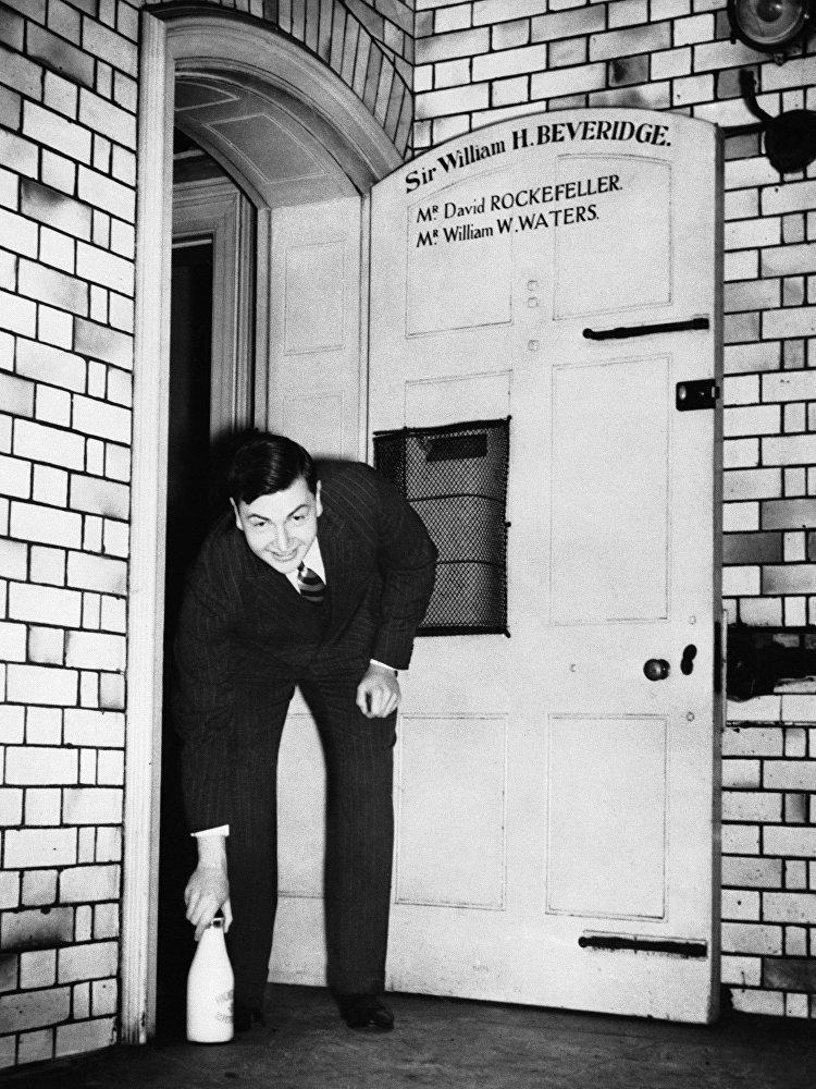 Дэвид Рокфеллер (David Rockefeller) на пороге своего дома
