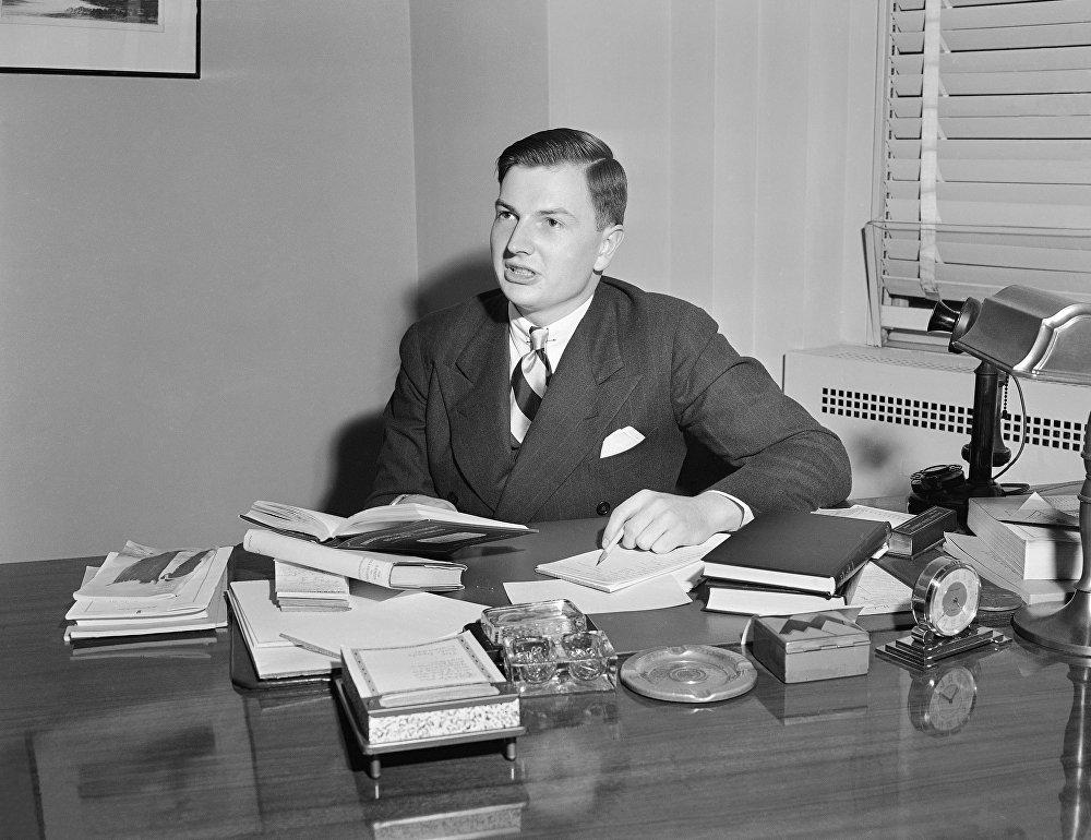 Дэвид Рокфеллер (David Rockefeller) в своем офисе в Рокфеллер-центре в Нью-Йорке