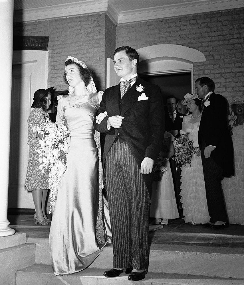 Дэвид Рокфеллер и Маргарет Пегги Макграф на ступеньках церкви святого Матфея
