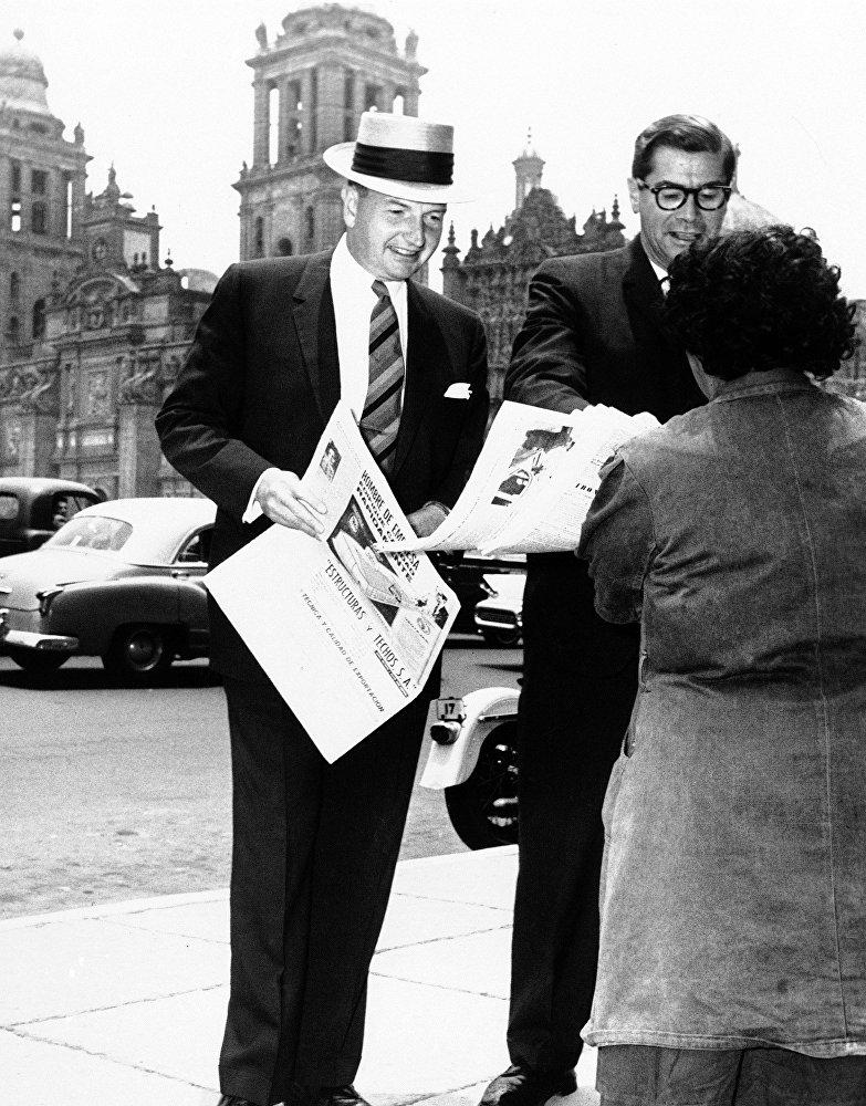 Дэвид Рокфеллер (David Rockefeller) покупает газету в центре Мехико