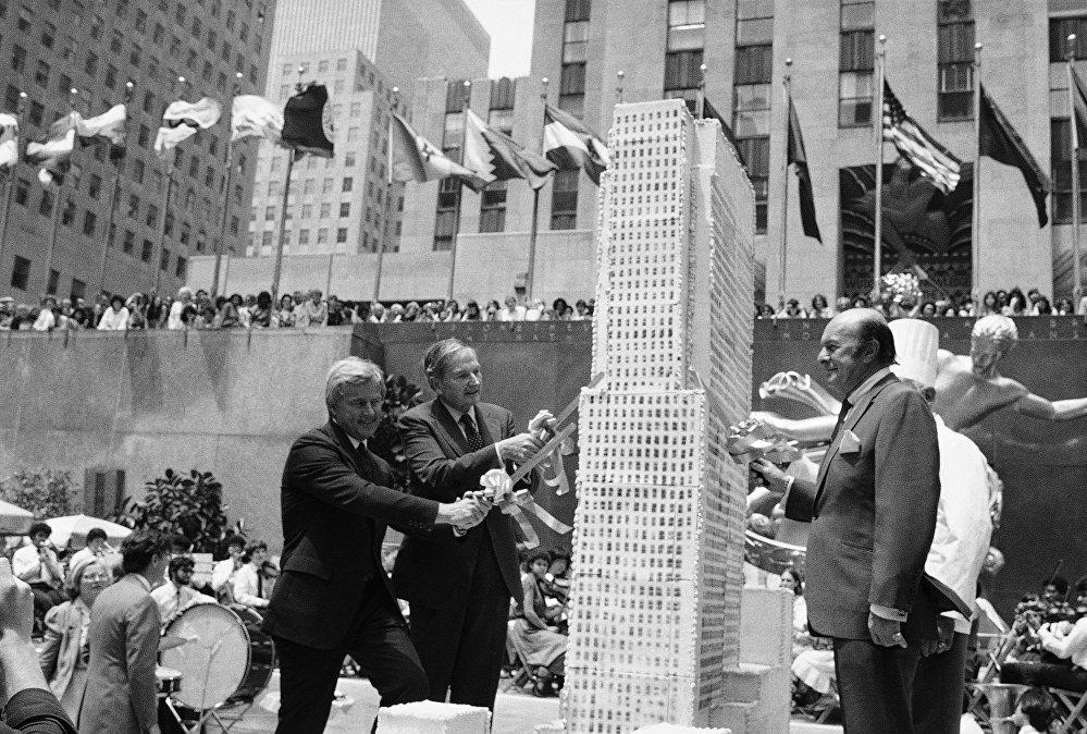 Дэвид Рокфеллер (David Rockefeller) разрезает торт