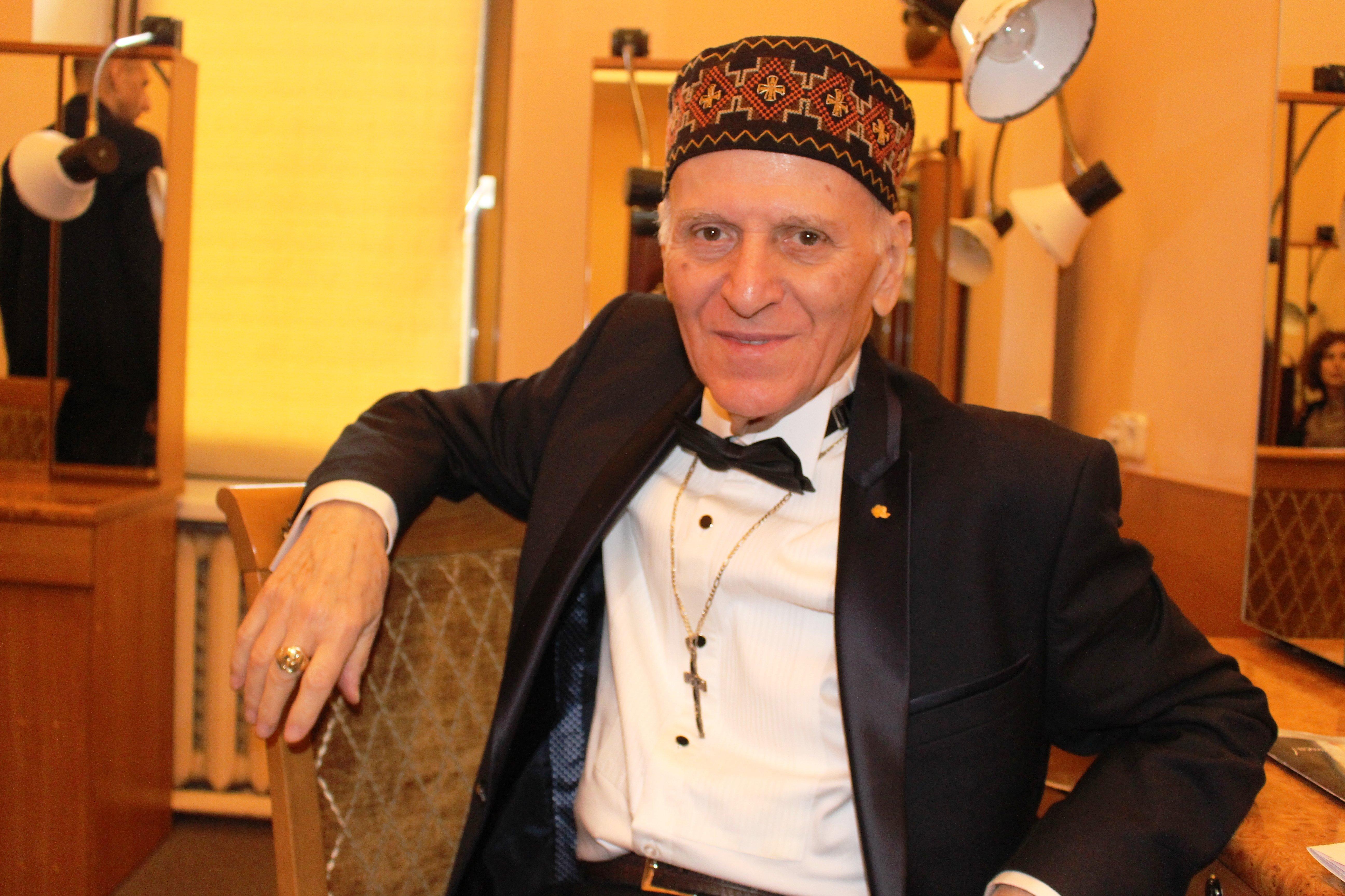 Педагогу уже 86 лет, но он два дня с утра до вечера общался с людьми, читал лекции, раздавал автографы. А перерыв на обед у него составил всего 15 минут.