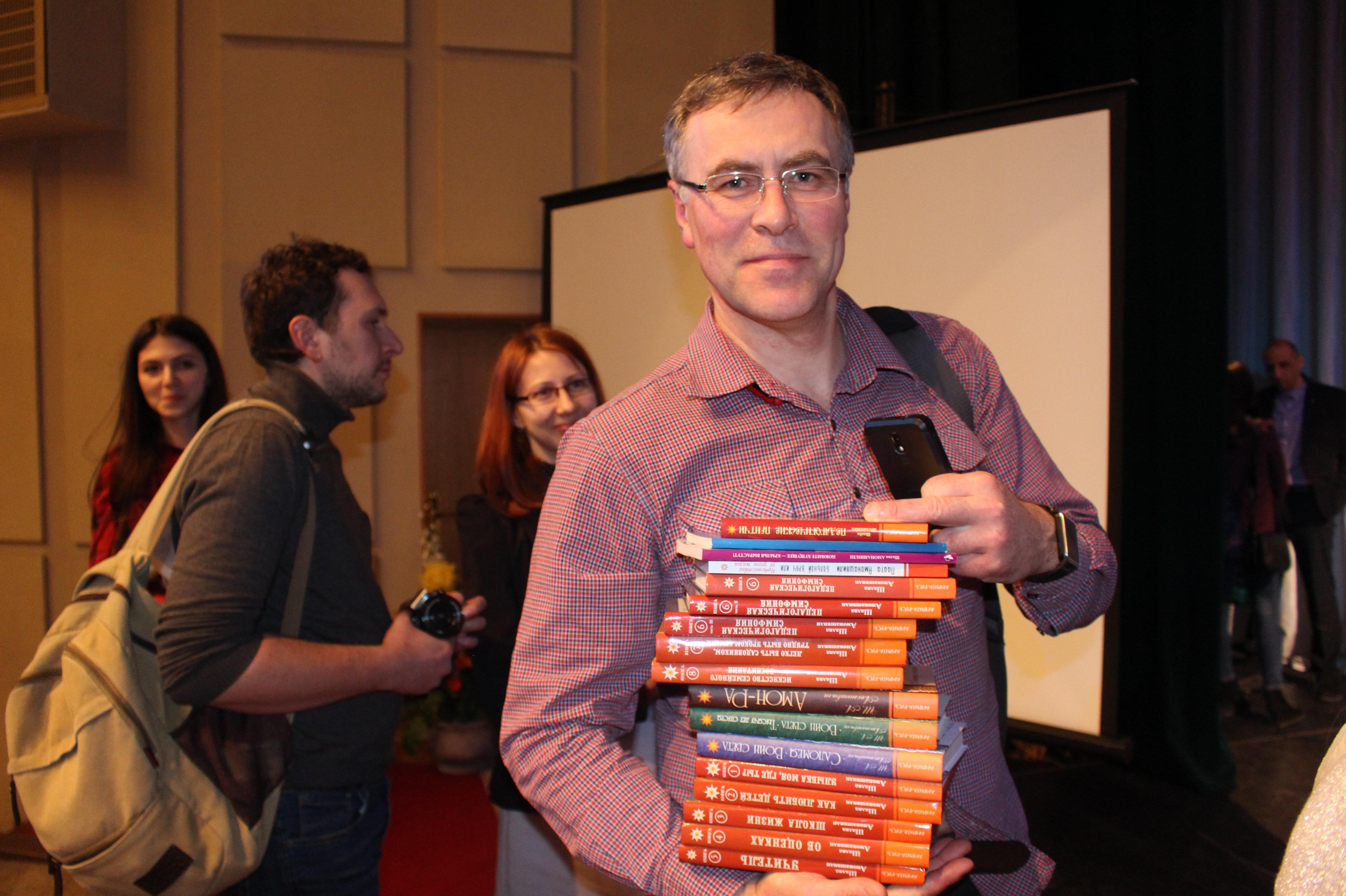 Один из слушателей семинара так вдохновился идеями гуманной педагогики, что купил в домашнюю библиотеку весь ассортимент книг педагога — 17 штук. Сказал, что собирается прочесть их в самое ближайшее время.