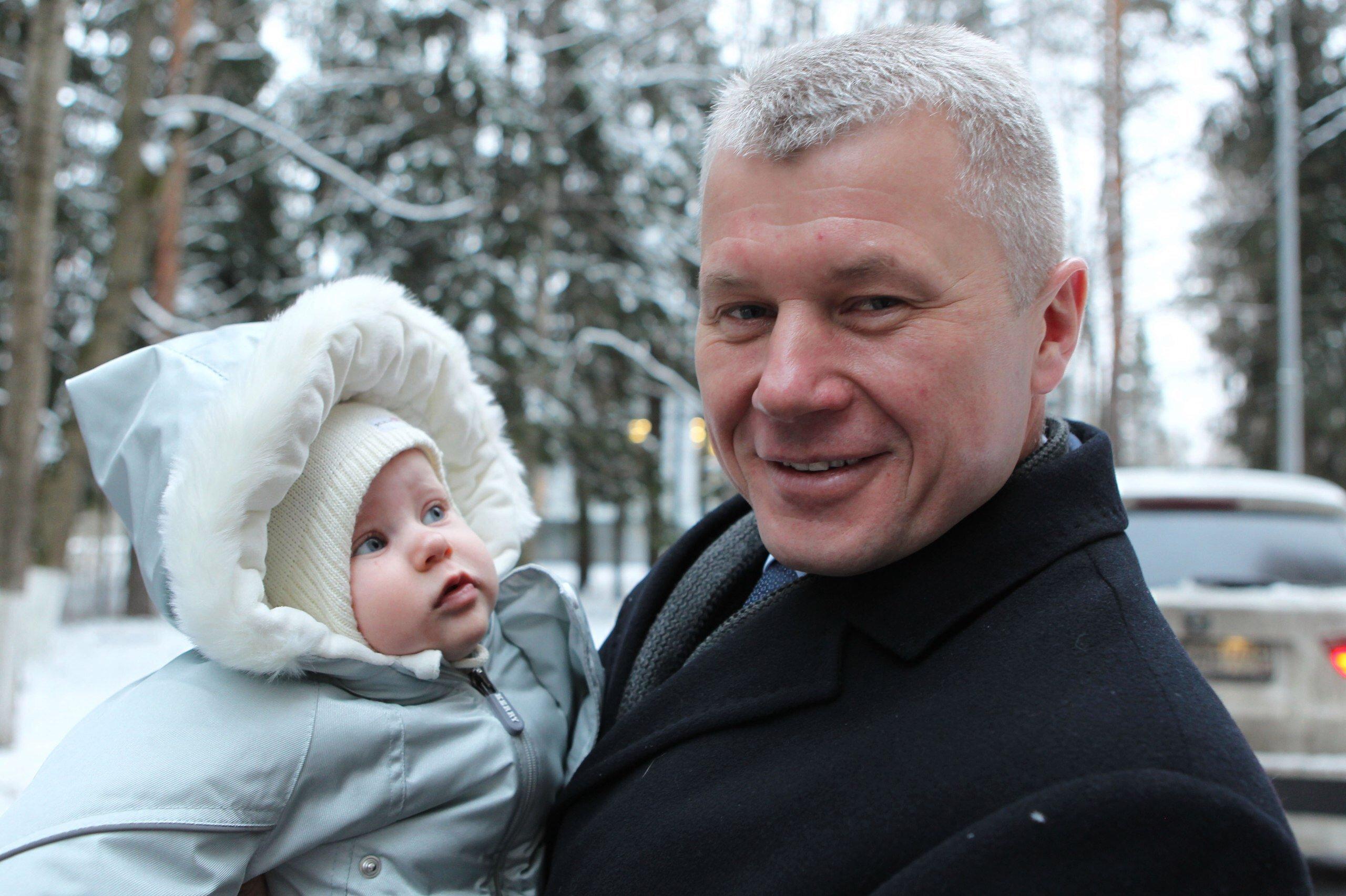Космонавт Олег Новицкий с младшей дочерью - совсем скоро ему предстоит убыть на МКС