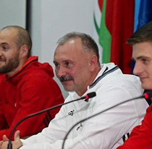 Главный тренер сборной Беларуси по футболу Игорь Криушенко (в белом)