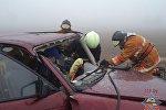 Сотрудники МЧС извлекают водителя Opel из искореженной машины