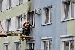 Работники Гомельского райжилкоммунхоза приводят в порядок фасад и окно