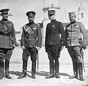Российский император Николай II (третий справа) среди военных представителей союзных держав