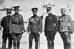 Імператар Мікалай II (у цэнтры) сярод вайсковых прадстаўнікоў саюзных дзяржаў; злева направа: італьянскі ваенны агент Марсенга, барон Рыкель (Бельгія), генерал Уільямс (Вялікабрытанія), маркіз дэ Гіш (Францыя) і палкоўнік Лондкіевіч (Сербія). 8 верасня 1916 г.