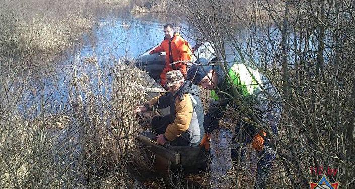 НаЛукомльском озере cотрудники экстренных служб сняли сльдины рыбака