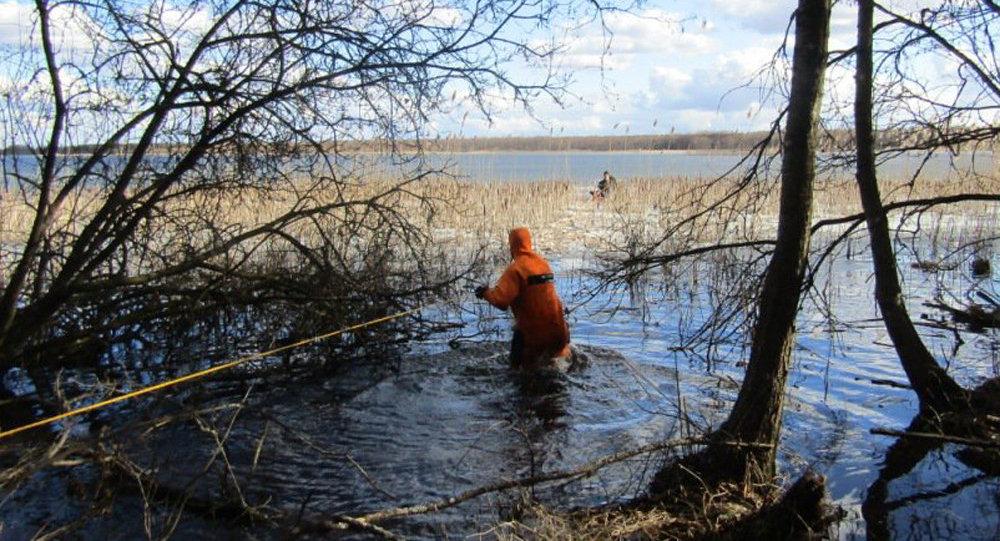 Наозере Лукомльское сотрудники МЧС спасли рыбака