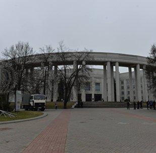 Площадка перед зданием Академии наук была объявлена место сбора сторонников оппозиции