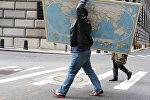 Мужчина с картой мира, архивное фото