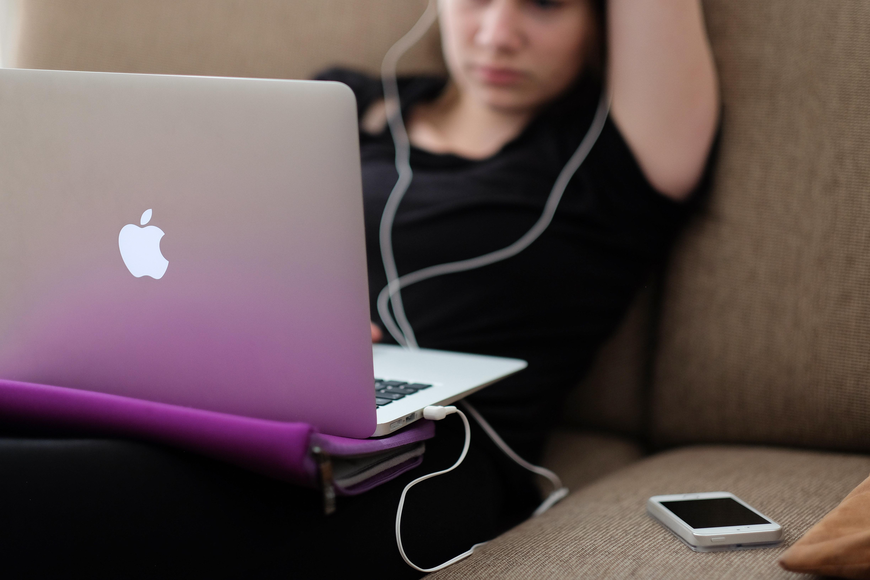Подросток за компьютером: вы никогда не сможете знать всего о своем ребенке, но в ваших силах не возводить стену между вами