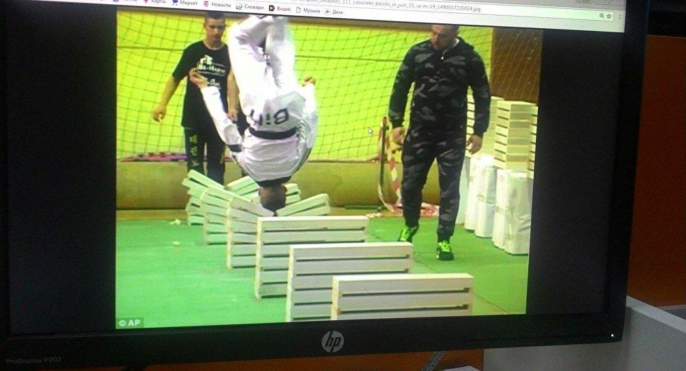 Ребенок установил рекорд, разбивая головой вкувырке бетонные блоки
